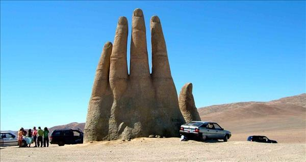 سفری به شیلی برای ملاقات با مجسمه دست بیابان